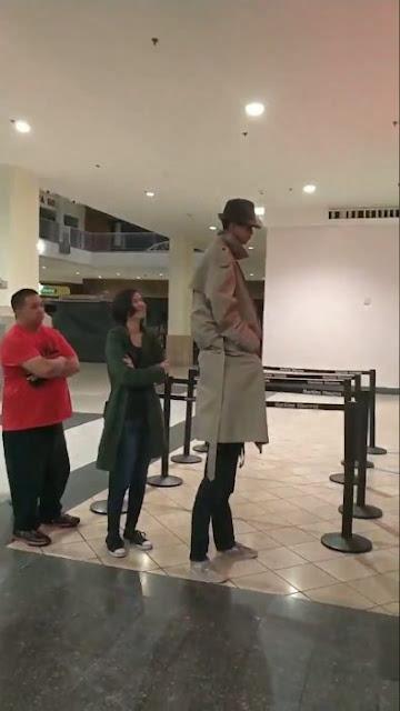 Par de chicos se visten de hombre alto para entrar al cine