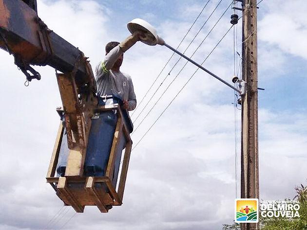 Secretaria de Infraestrutura inicia manutenção em postes e luminárias dos povoados de Delmiro Gouveia
