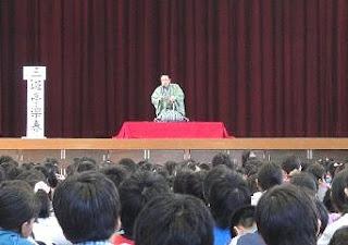 三遊亭楽春の楽しく学べる講演会(学校で落語鑑賞会)の風景です。
