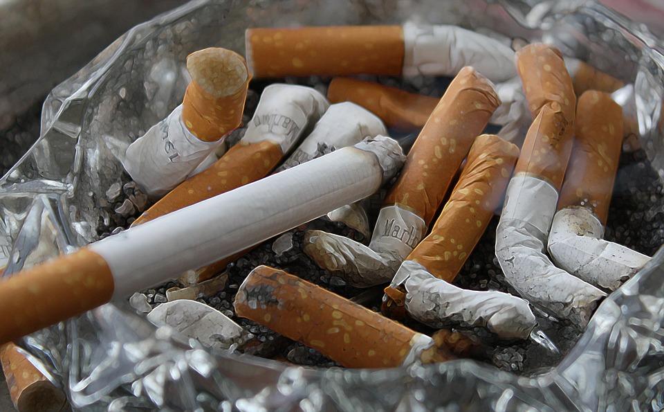 https://pixabay.com/pl/papierosy-popi%C3%B3%C5%82-pochylenie-palenie-83571/