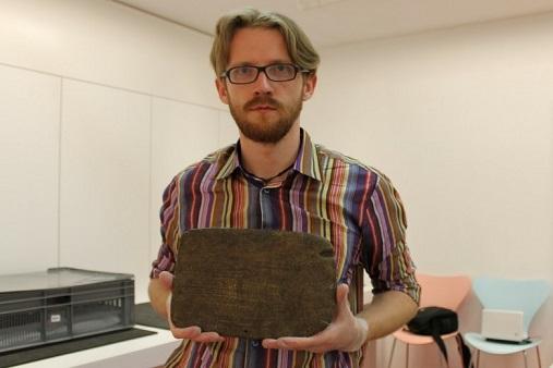 Un chercheur polonais tente de lire un texte unique de l'île de Pâques