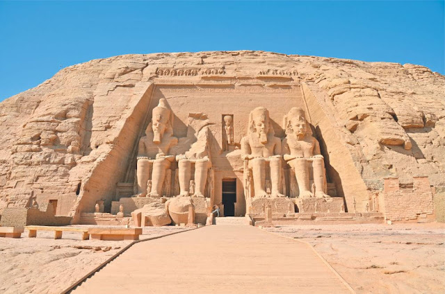 Thành phố Luxor được xây dựng trên và xung quanh địa điểm cổ xưa của Thebes - thành phố giàu có nhất ở Ai Cập cổ đại. Thành phố Luxor có ngôi đền ngoạn mục, cũng như một loạt các bảo tàng tuyệt vời. Gần Luxor là địa điểm cổ xưa của Karnak - nơi thờ cúng quan trọng nhất đối với người Ai Cập cổ đại. Ở đây bạn sẽ tìm thấy một khu phức hợp ngoạn mục gồm các khu bảo tồn, kiốt, giá treo và đài tưởng niệm cho các vị thần Theban. Bên kia sông Nile là khu chôn cất hoàng gia được gọi là Thung lũng của các vị vua và Thung lũng của các nữ hoàng. Ở đây, bạn sẽ tìm thấy ngôi mộ của Tutankhamun.