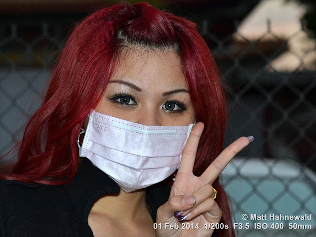 people, street portrait, East Asia, V sign, Taiwanese beauty, dust mask, Chinese woman, © Matt Hahnewald, Facing the World, 50 mm prime lens, Kaohsiung, Taiwan