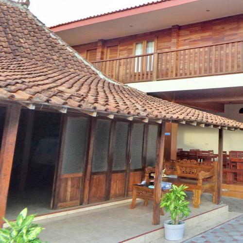 Tinuku De Omah Slili hostel integrate classic Limasan house and contemporary buildings through wood materials medium