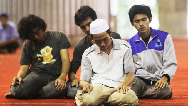 Larangan Memakai Kaos Partai saat Shalat di Masjid