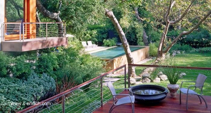 Balcones y piscina exterior en el jardín