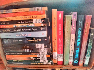 Sebagian buku Mbak Riawani Elyta koleksi saya