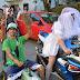 Decenas de personas se unen a una bajada multicolor de inicio de fiestas de El Regato