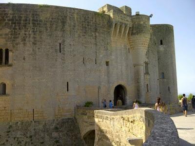 Castillo Bellver desde dentro con su arquitectura antigua en Mallorca