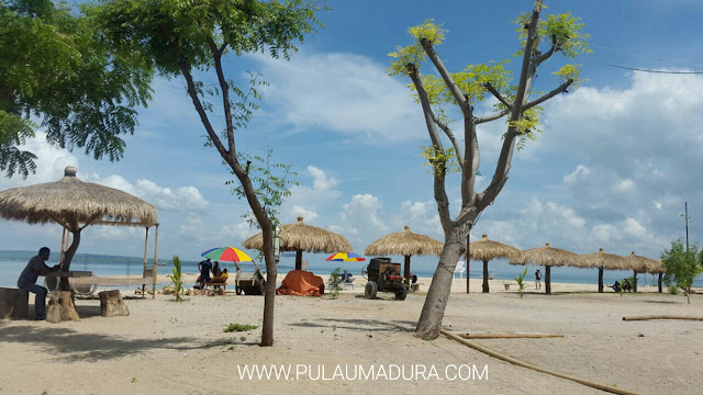 Tempat berteduh di Pantai Sembilan - Gili Genting