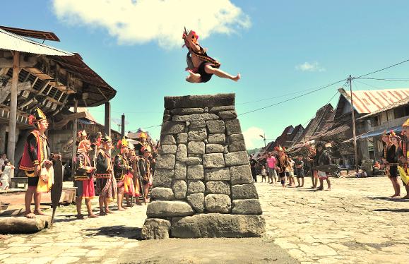 Tradisi Hombo Batu atau Lompat Batu