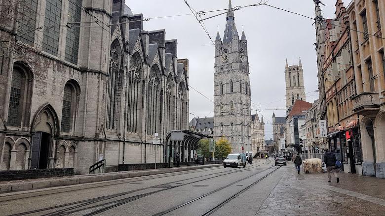 Korenmarkt 車站附近的景色,在聖尼閣老教堂 (Sint-Niklaaskerk) 旁,遠處是根特鐘樓 (Het Belfort van Gent) 與聖巴夫主教座堂 (Sint-Baafskathedraal)