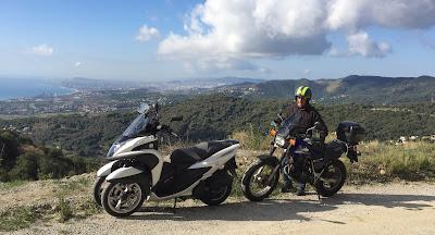 Yamaha Tricity con vistas desde alto montaña