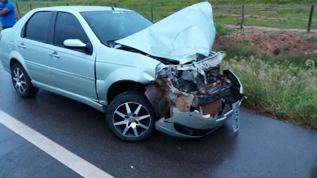 AGORA - Após cair em buraco, carro roda na pista e bate violentamente em caminhãona BR 364
