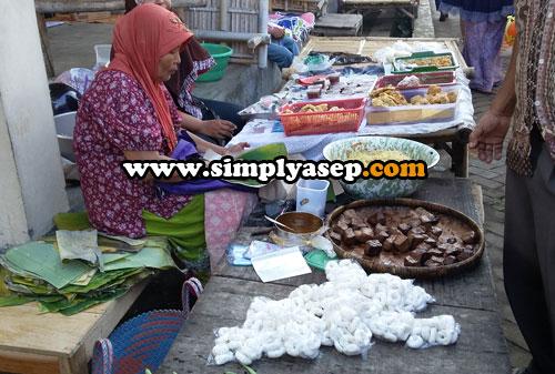 GEBLEK CURAH : Ada banyak penjual Geblek sepeti dalam foto ini.  Penjual Geblek di Pasar Klenteng Nanggulan.  Geblek yang seperti ini jenisnya second atau KW. Foto Asep Haryono