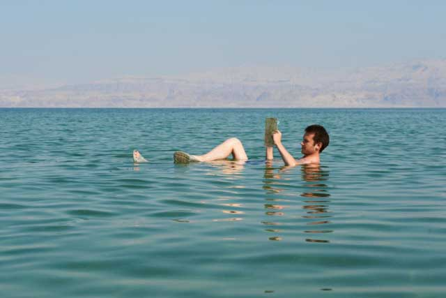 Tubuh Terapung Di Laut Mati