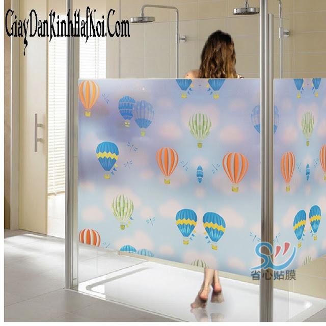 Giấy dán kính trang trí còn được ứng dụng dán cho phòng tắm