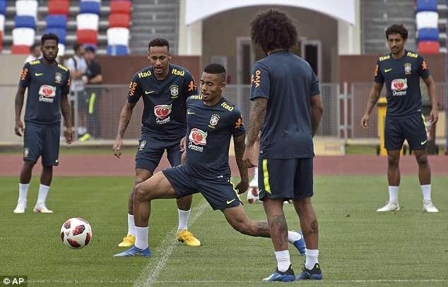 Neymar ăn vạ mua vui cho đồng đội 13