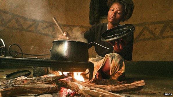 "Kisah ibu merebus batu untuk menenangkan anaknya yang kelaparan di zaman Khalifah Umar bin Khattab, sulit dibayangkan terjadi lagi di masa sekarang. Tapi itulah pemandangan yang disaksikan Briptu Chandra Surya Putra, Anggota Polda Kalimantan Selatan yang setahun ini bertugas sebagai pasukan perdamaian di Sudan.    Endang Syafrudin, Radar Banjarmasin    Sedih, itulah yang dirasakan Briptu Chandra Surya Putra saat melihat derita masyarakat di daerah Sudan Utara, tepatnya di El Fasher, Darfur. Sejak hari pertama bertugas sebagai Formed Police Unit (FPU) Indonesia angkatan ketujuh, di misi gabungan antara PBB dan Uni Afrika (United Nations African Union Mission in Darfur/UNAMID), banyak derita korban perang saudara yang disaksikannya.  Chandra berkisah, ketika menjalankan tugas patroli, ia sering mendengar tangisan anak-anak. Saat didekati ternyata mereka kelaparan. Sementara, orang tua si anak sedang menyalakan tungku bersiap untuk memasak. Tapi itu hanya pura-pura, agar si anak berhenti menangis. Karena yang dimasak ternyata batu.  ""Pemandangan yang saya kira hanya ada di cerita. Tapi di sini benar-benar ada dan nyata,"" ujar polisi kelahiran Kandangan Hulu Sungai Selatan (HSS), 18 April 1989 itu."