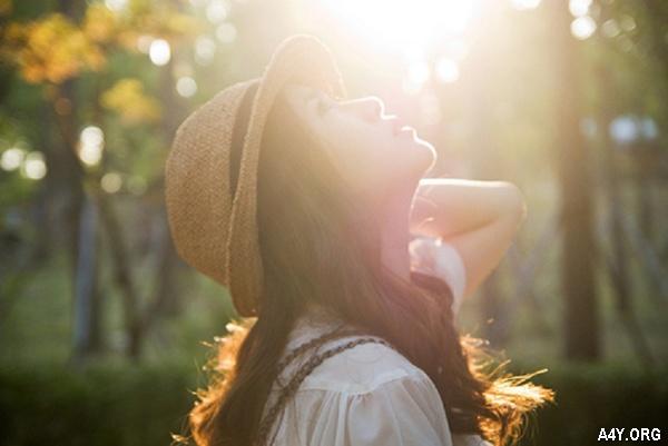 cô gái dễ thương dưới nắng vàng tháng 6