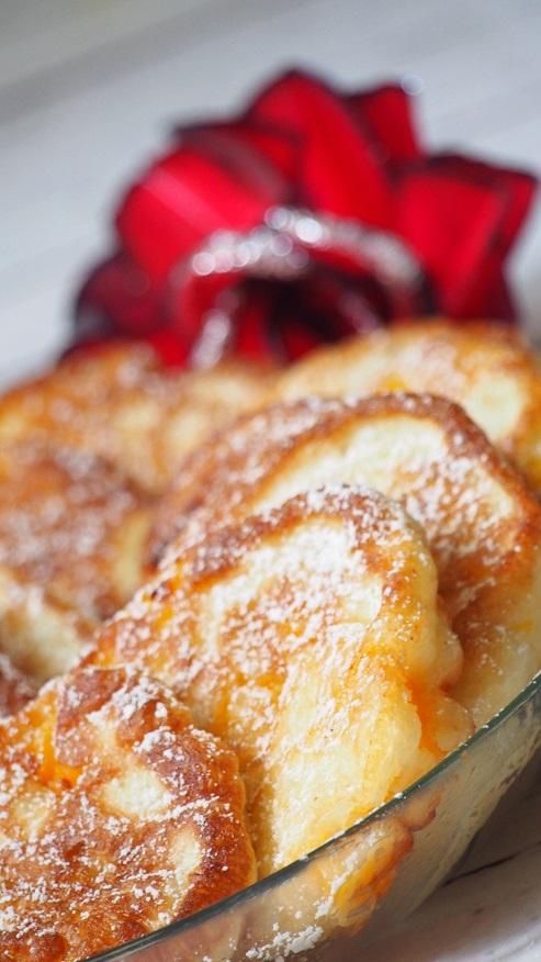 Racuszki z brzoskwinią obsypane cukrem pudrem