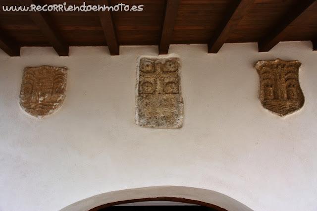Escudos en Ermita de Monfragüe