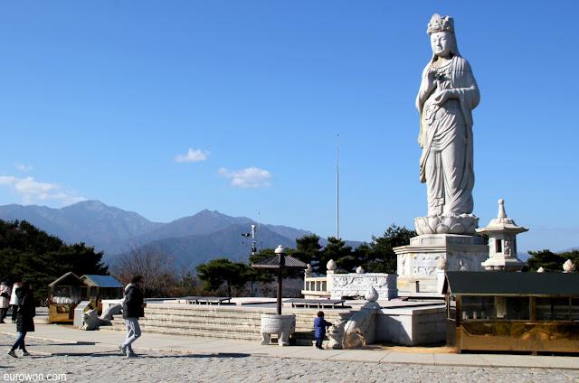Gran estatua de una Avalokiteshvara en el templo Naksansa