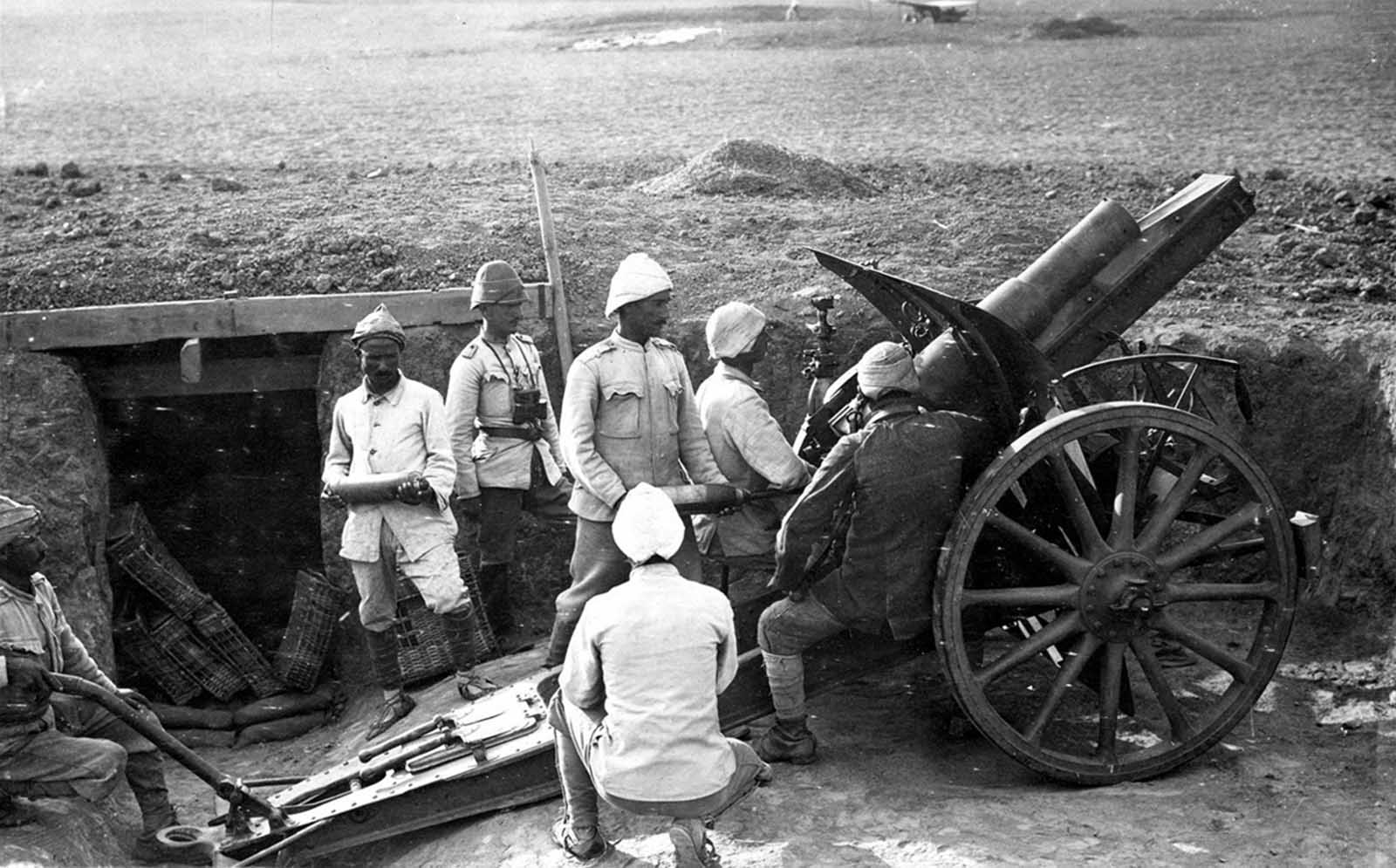 A Turkish artillery squad at Harcira, in 1917. Turkish troops with a German 105 mm light field howitzer M98/09.