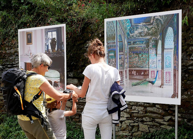 Promeneurs à l'expo photos de La Gacilly,