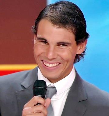 Rafael Nadal sonriendo muy elegante