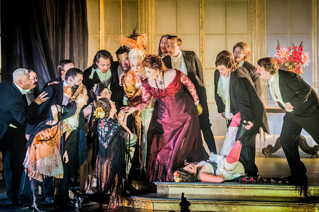 Verdi: La traviata - Laura Woods & chorus - Opera Holland Park (Photo Robert Workman)