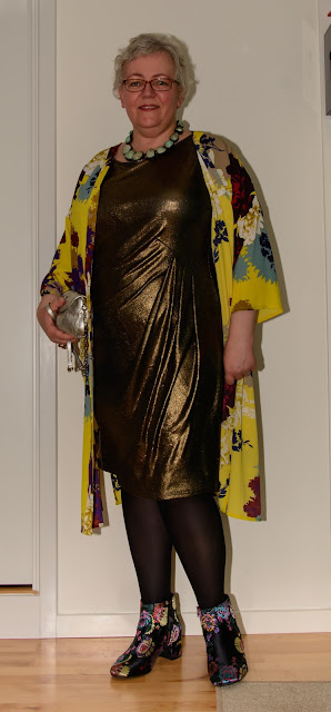 Kaffesoester in gold cocktail dress with draping