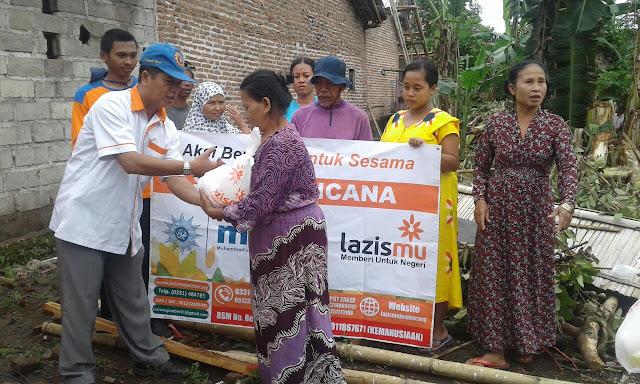 Relawan mdmc dan Team lazismu Jember memberi bantuan sembako untuk korban terdampak bencana alam Jember