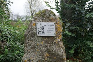 Am Paarkplatz steht ein Gedenkstein, der an die ehemalige Höller Mühe erinnert