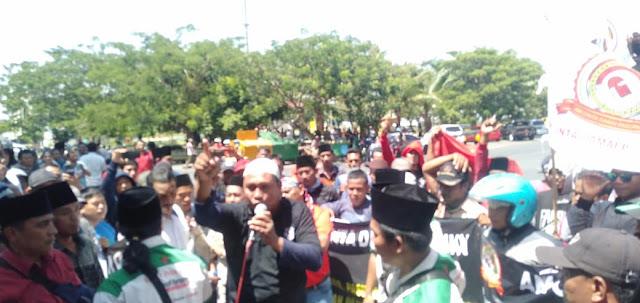 Kantor DPRD Kabupaten Pasuruan Di Demo