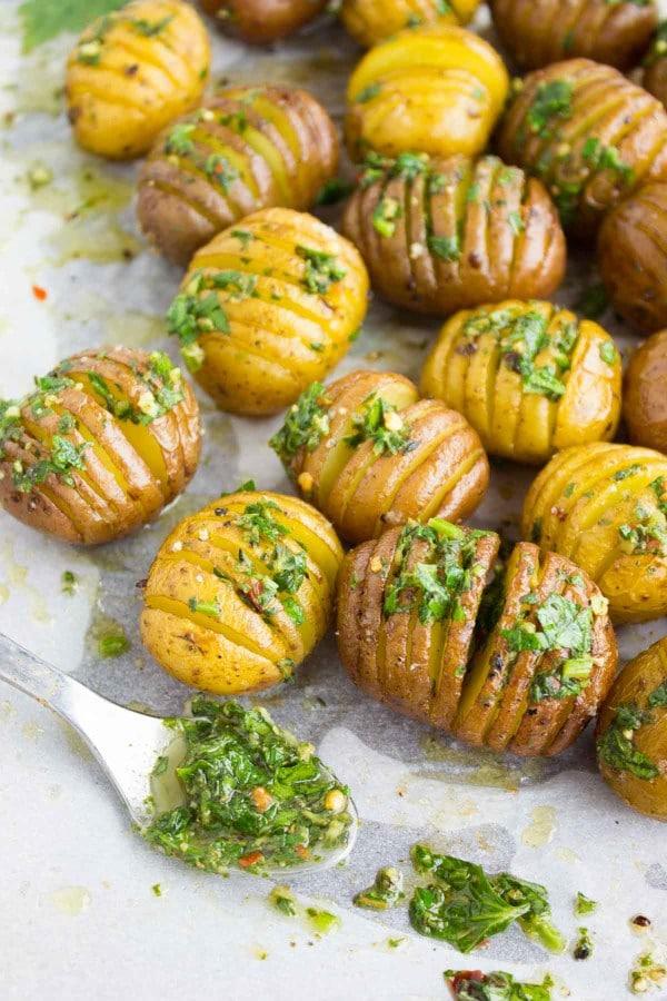 Cartofi copti cu ulei de masline si ierburi aromate