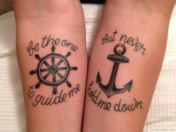 Vemos un tatuaje en pareja de ancla y timón