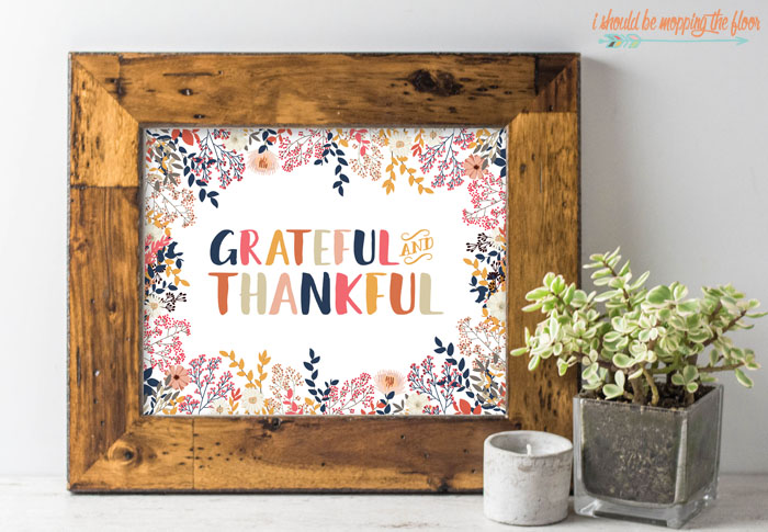 Free Fall Printable   Colorful and fun GRATEFUL and THANKFUL printable that's perfect for fall decor.