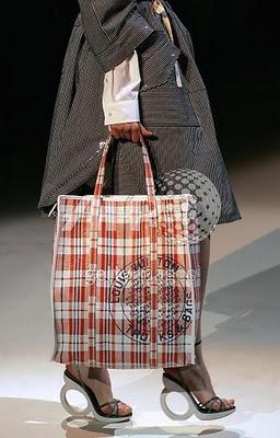 cd35c7777dc De door Marc Jacobs op Chinese plastic tassen geïnspireerde Louis Vuitton  tas uit 2007. Als er een merk is dat tegenwoordig volledig gedegradeerd is  uit de ...