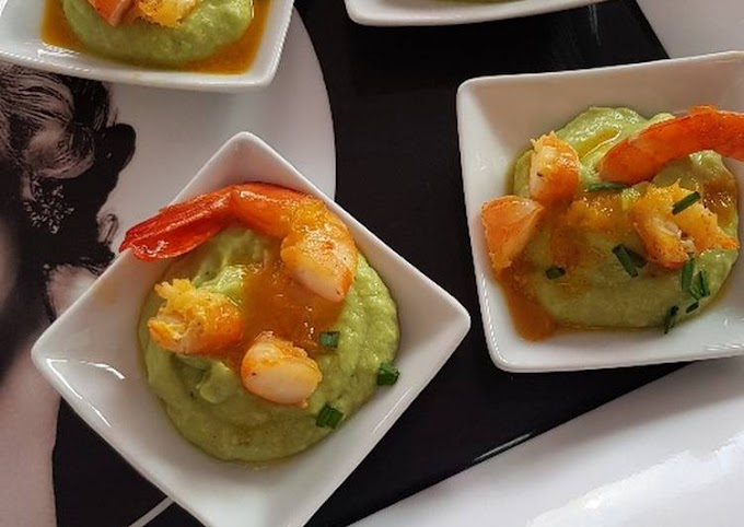 Guacamole and prawns with orange