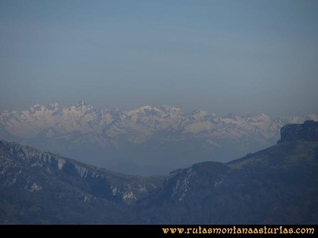 Ruta Linares, La Loral, Buey Muerto, Cuevallagar: Desde La Loral, los Picos de Europa.