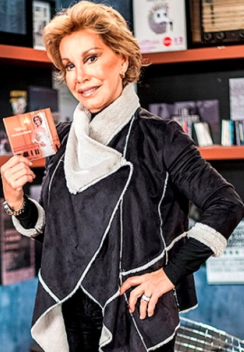 Foto de Cecilia Bracamonte mostrando su disco