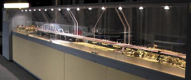 Een overzichtsfoto van de reuze diorama van De Snelbinder - de Nijmeegse Fietsbrug in N. Afmetingen zijn 8 meter lang en 50 cm diep.