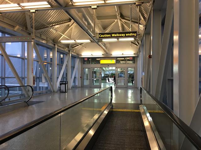 エア・トレイン(AirTrain)乗り場までの通路