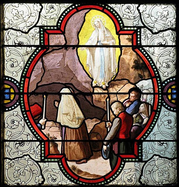 Nossa Senhora aponta para um canto da gruta, para ali cavar e tirar a água.
