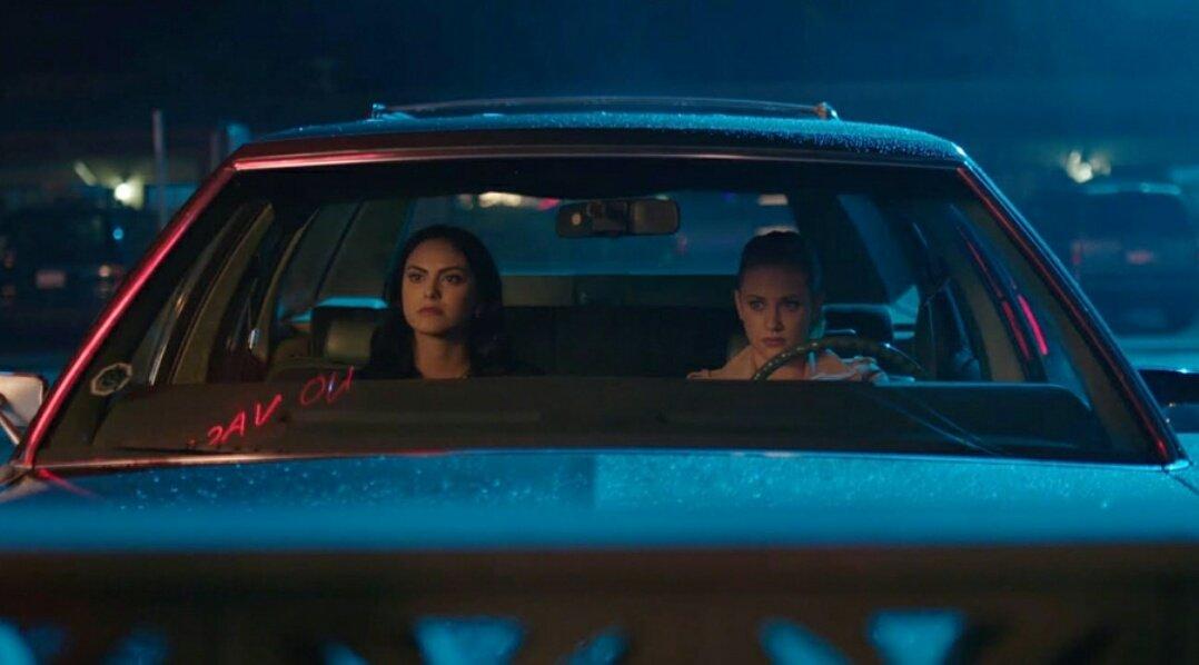 Camila Mendes y Lili Reinhart en Riverdale de CW
