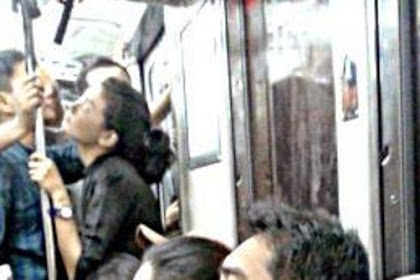 Dua Sejoli Ketahuan Mesum Didalam KRL Tebet