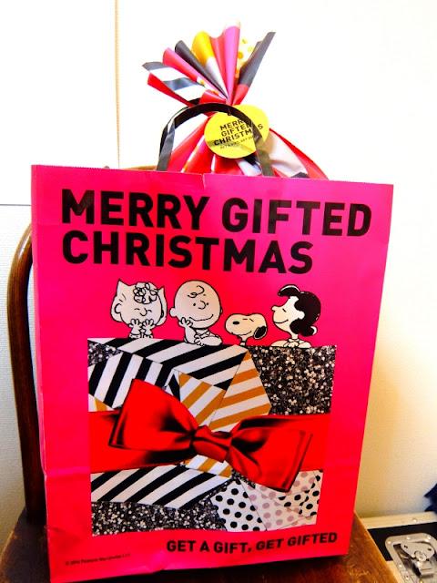 クリスマスプレゼントが入ったスヌーピー柄の袋の写真です。