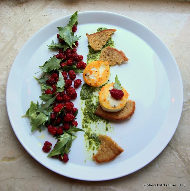 Ziegenkäse auf Kapuzinrekressepesto und Salat vom Erdbeerspinat