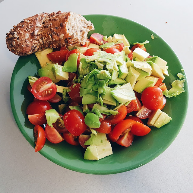 Bloggerin Jaci zeigt Avocado Salat